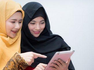 Milenial menikmati saham syariah dengan gadget di genggaman tangan (